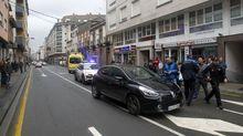 En primer término, el coche del conductor que sufrió las convulsiones. Al fondo, la ambulancia de Ourense que acababa de recogerlo