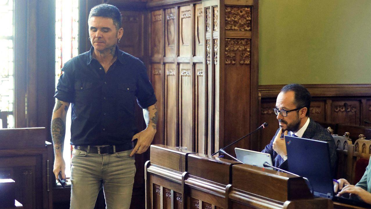 El diputado de Podemos Rafael Palacios (i) y el de Vox, Ignacio Blanco (d), durante la comisión de Cultura, Política Llingüística y Turismo que se celebró hoy en la Junta General. Rafael Palacios ha protestado por lo que ha considerado una  censura  a Piñán a la que la presidencia de la mesa pidió que utilizase el castellano