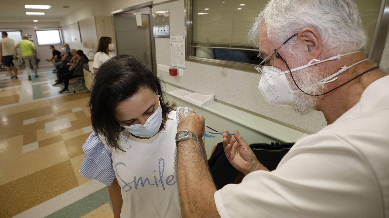 La vacunación prosigue en el hospital de Burela mientras desciende el número de casos activos en la comarca