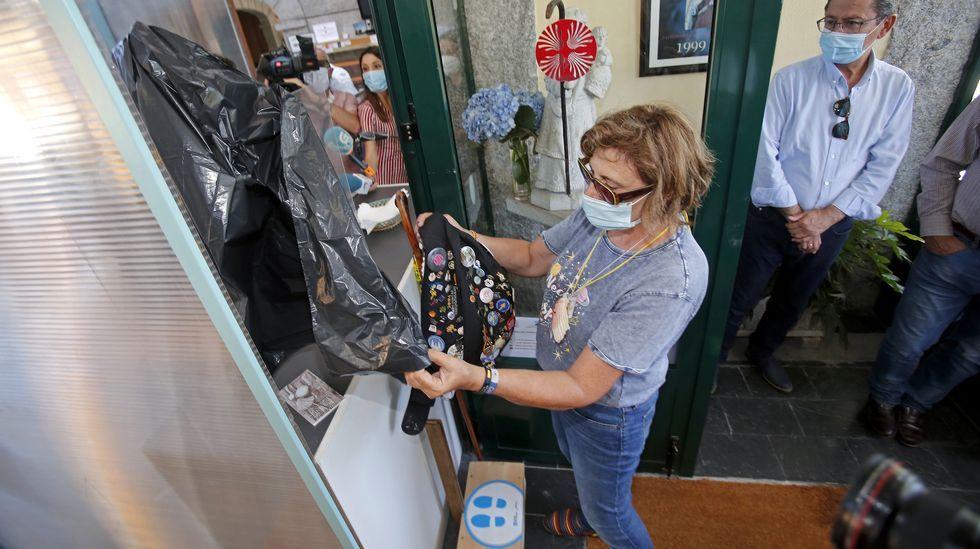 Nuevo protocolo para la recepción de peregrinos en los albergues del Camino de Santiago. Se le suministra una bolsa donde meter su equipaje