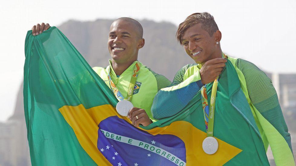 Las mejores fotos de gimnasia rítmica en Río 2016.Isaquias, a la derecha, junto a Erlon de Souza en el podio.