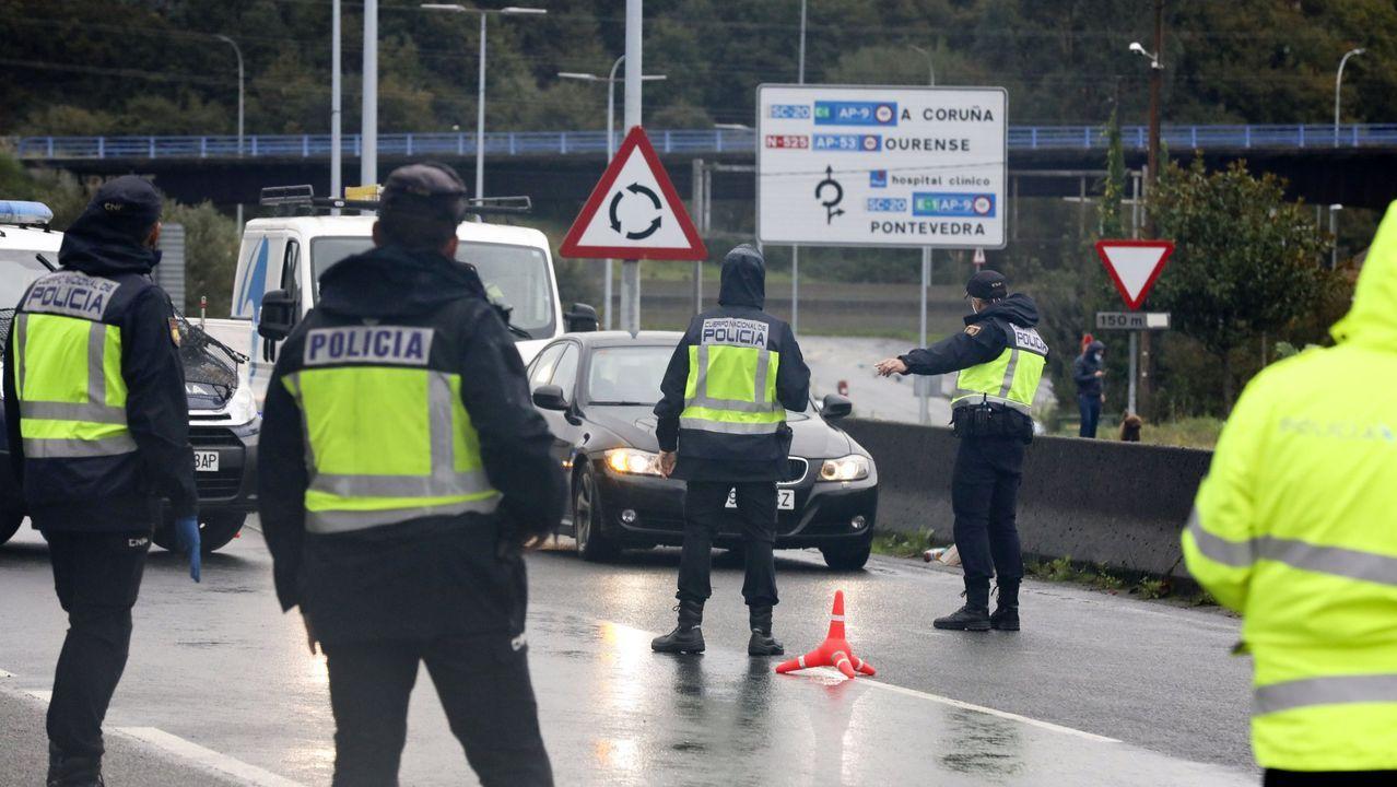 Uno de los controles conjuntos de la Policía Local y la Nacional en Santiago para vigilar el cierre perimetral decretado por el coronavirus