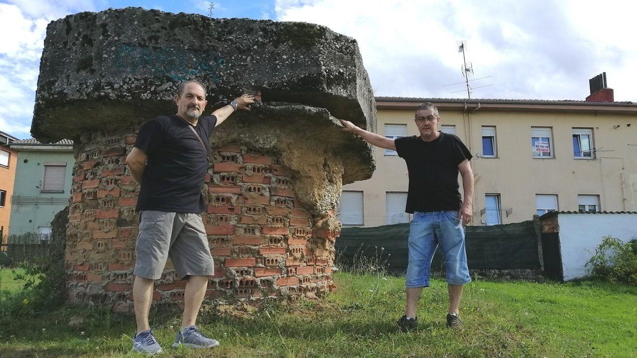 Rubén Ilesies y Javier Rubiera junto a uno de los nidos de ametralladora de la Guerra Civil que queda en el entorno del HUCA