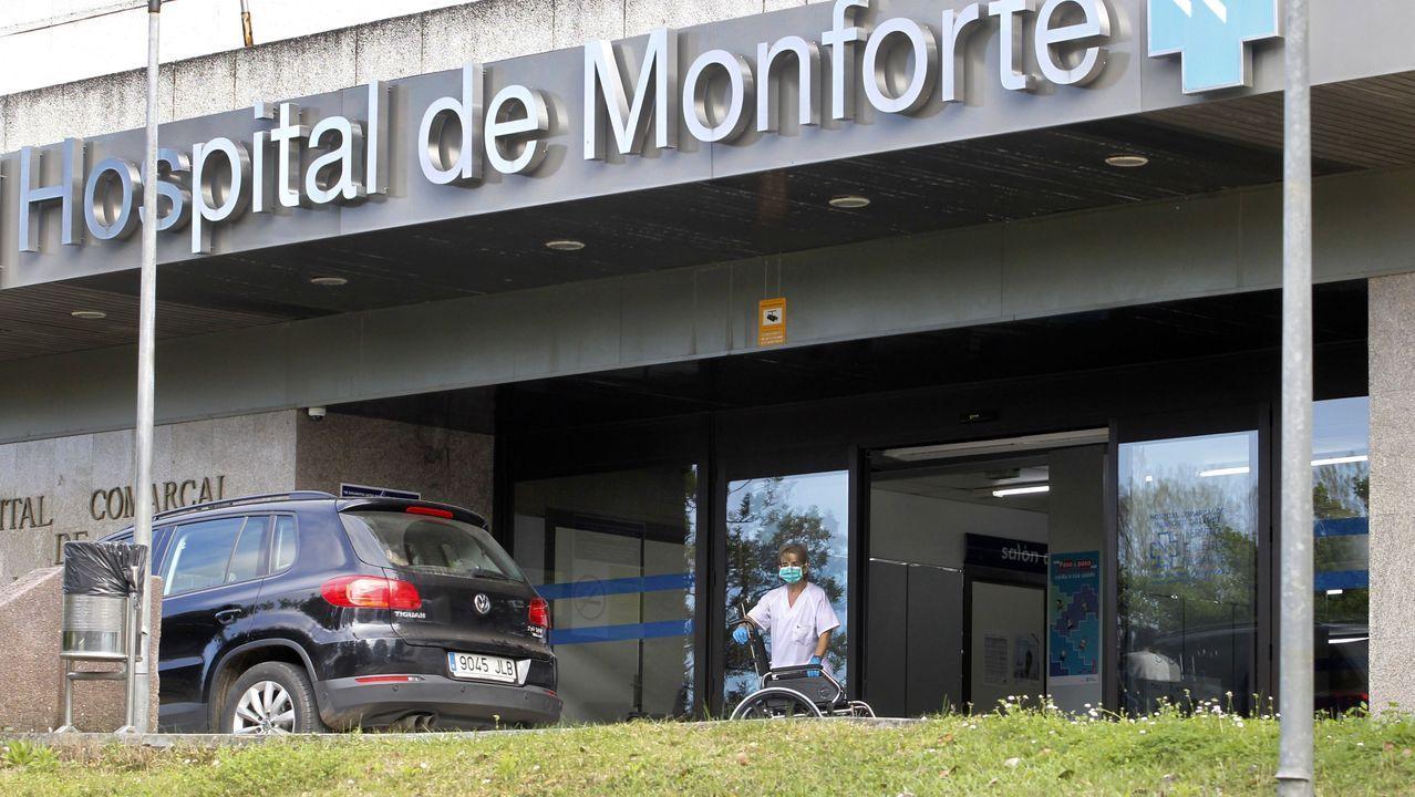 Una enfermera con guantes y mascarilla, este viernes por la tarde a las puertas del hospital de Monforte