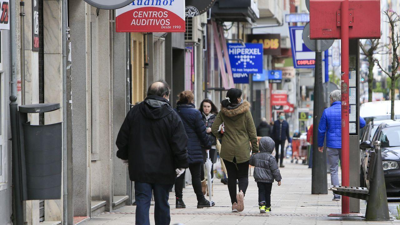 Tecendo Brincadeiras pinta las calles de juegos para los niños.Un grupo de lucenses paseando por la avenida da Coruña