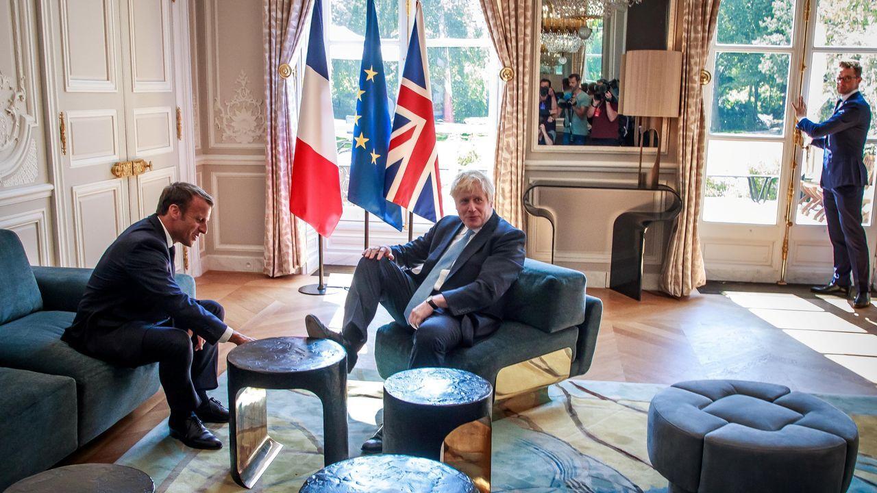 Johnson no dudo en ponerse cómodo durante su encuentro en el Elíseo con Macron