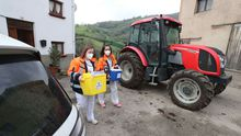 Las enfermeras del hospital Carmen y Severo Ochoa de Cangas del Narcea (Asturias), Lorena Bobes (i) y Vanesa Llanos (d), que forman parte de uno de los dos equipos de vacunación individualizada en domicilio de grandes dependientes y sus cuidadores, se preparan para vacunar contra covid-19 en el comedor de un restaurante del pueblo de Las Mestas, en Cangas del Narcea