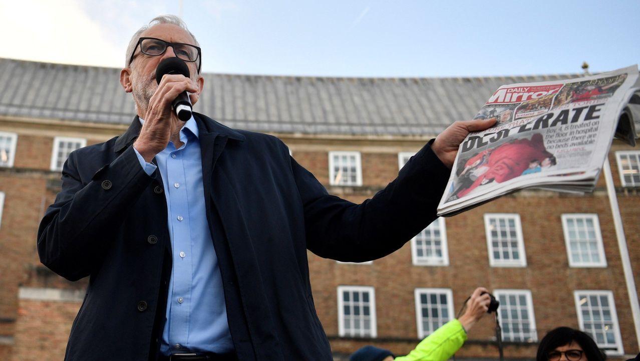 El líder de los laboristas, con un ejemplar de la edición del «Daily Mirror» en el que se publicó la foto del niño enfermo