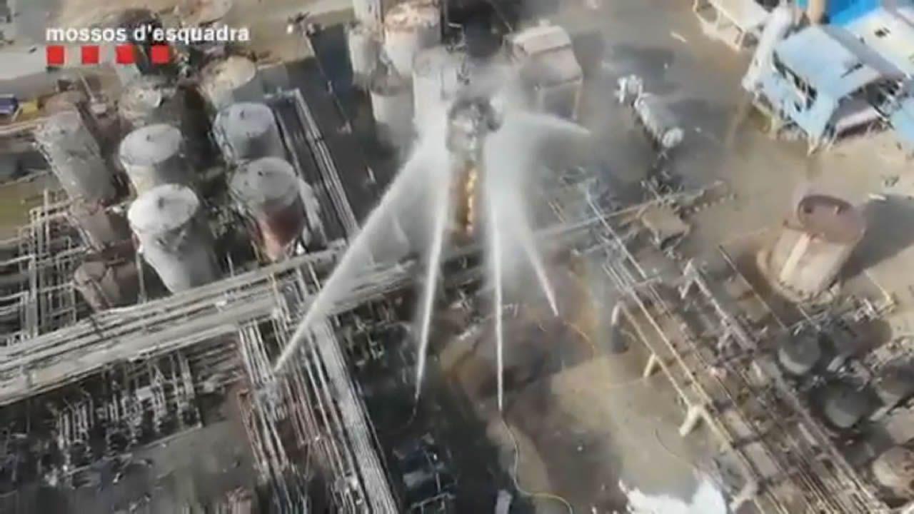 Cuando en Avilés llovieron piezas de metal que pesaban toneladas.Los bomberos controlan las llamas tras la deflagración en una petroquímica de Tarragona que ya ha causado tres muertes