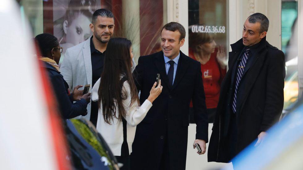 El adiós de Hollande.Philippe abraza a su predecesor Cazeneuve, en el traspaso de poderes en Matignon.