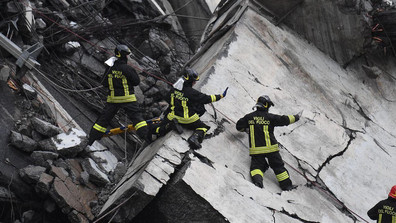 Así trabajan los bomberos entre los escombros en Génova