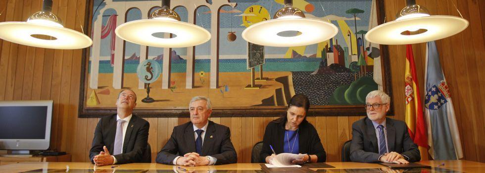 <span lang= gl >O día das Letras Galegas en imaxes</span>.Salustiano Mato, Juan Viaño, Pilar Rojo y Xosé Luís Armesto en la firma del convenio.