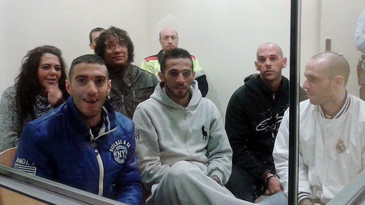 Jesús Moynelo, conocido en Oviedo como El 'Yesus', en segundo plano y con pelo rizado, junto al resto de acusados, durante el juicio en 2013
