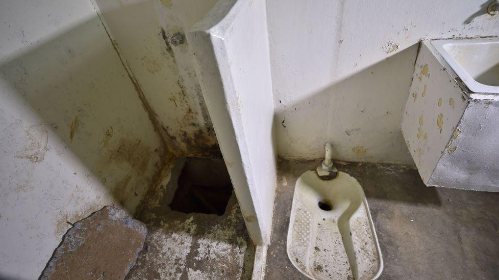 Vista de la celda y del agujero bajo la ducha por el que escapó El Chapo Guzmán.