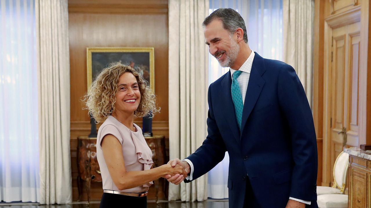 Pablo Iglesias aplaude y recibe el apaluso de la bancada de Unidas Podemos, tras su intervención el miércoles en la  sesión de control al Gobierno en funciones