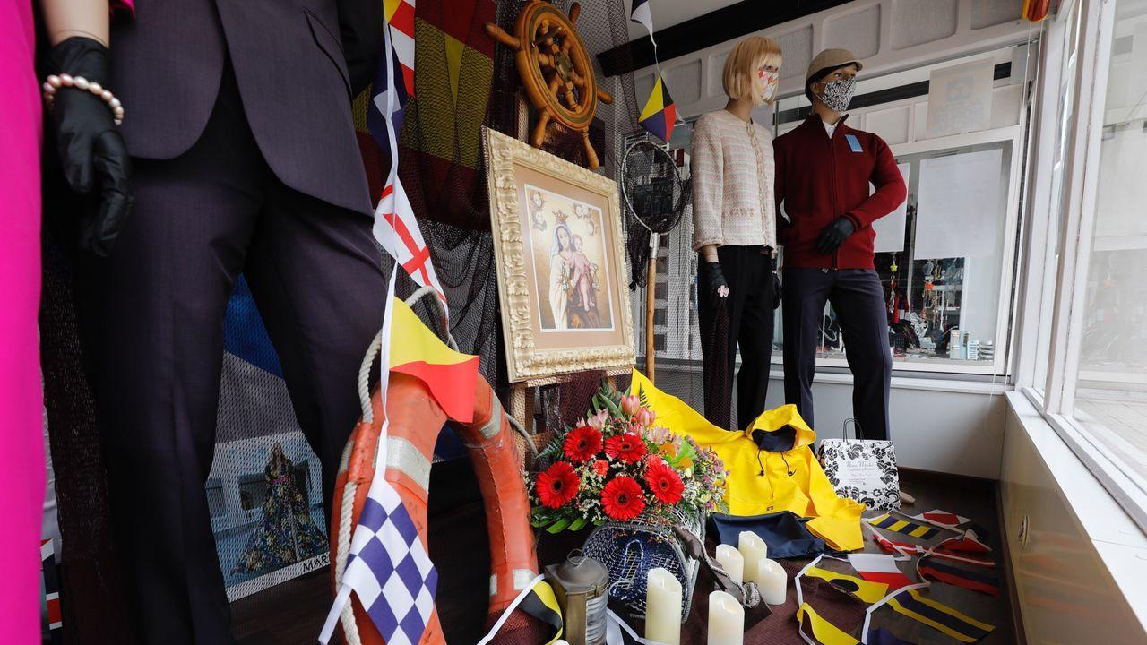 Algunos negocios de la localidad burelense han decorado especialmente sus escaparates en recuerdo de las fiestas que no han podido celebrarse