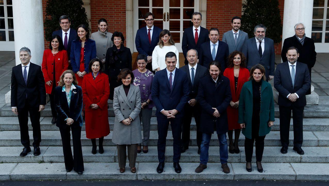 Foto de familia del nuevo Gobierno en la escalinata del Palacio de la Moncloa