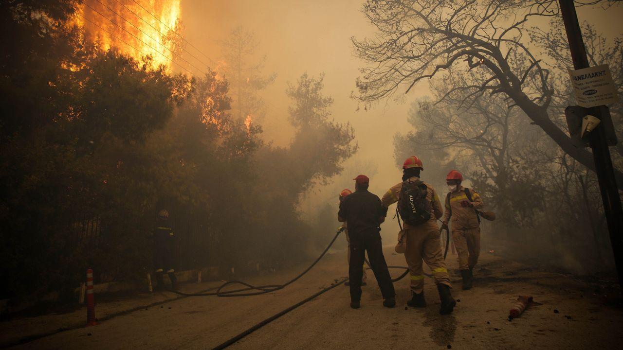 Intenso trabajo de los bomberos por aplacar las llamas en la región de Kinetta