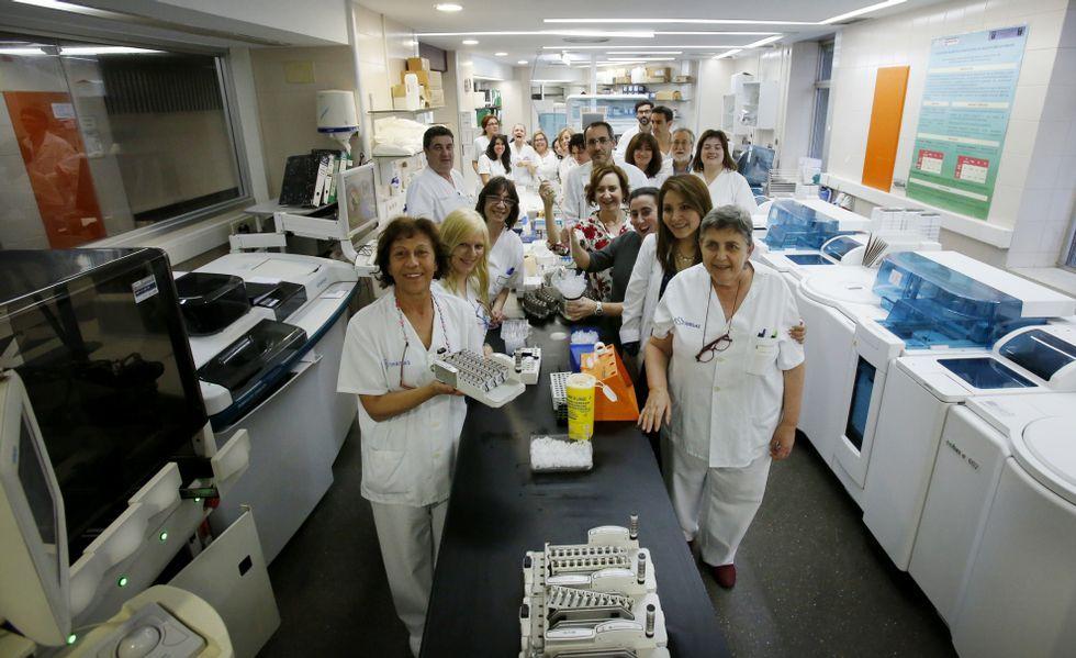 Los últimos trabajadores de Análisis Clínicos que quedan en el Xeral. Algunos no se irán hasta finales de mes.