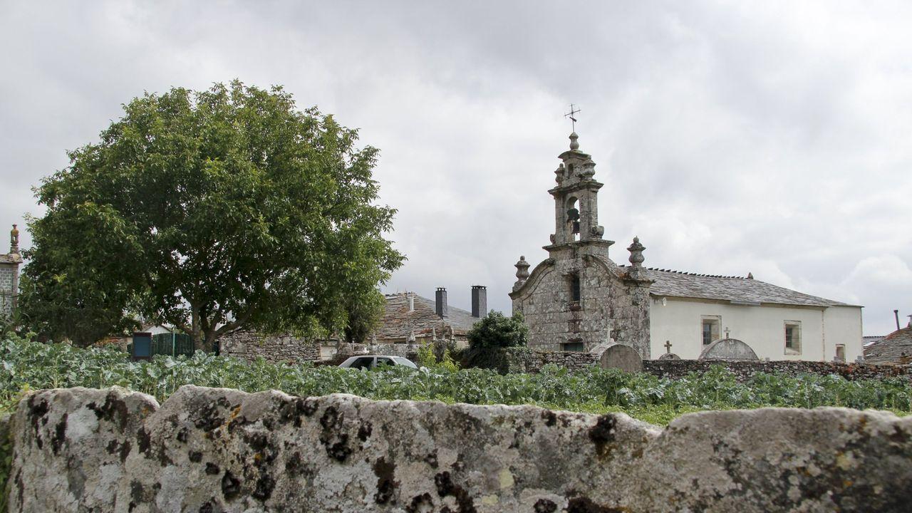 Ambiente en el último día del San Froilán.El equipo de rodaje del documental entrevista al alcalde de Monforte frente a la entrada principal del Ayuntamiento