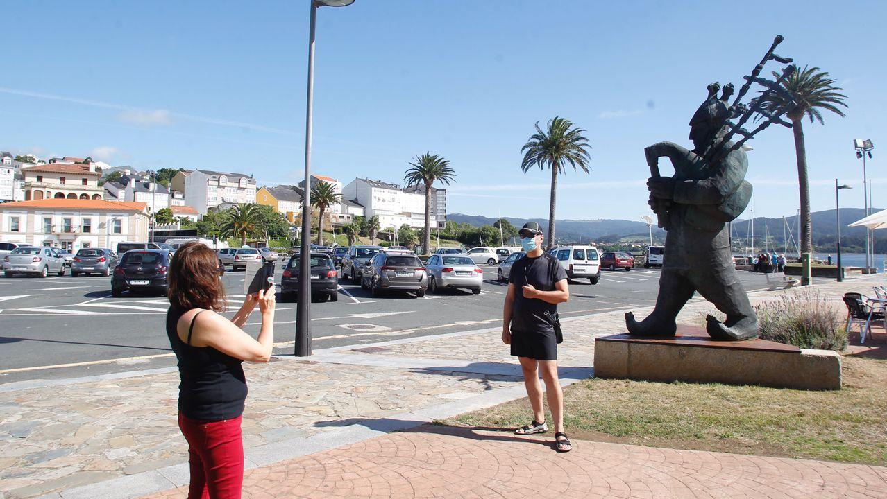 La estatua del gaiteiro, en la Alameda de Ortigueira, ayer por la tarde