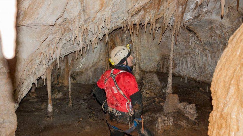 Estalactitas y columnas en uno de los recovecos de la gruta