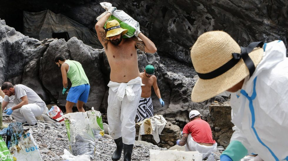 Nueve desaparecidos en el derrumbe de un edificio en Tenerife.El vertido de fuel del Oleg Naydenov se extiende por la costa suroeste de Gran Canaria. Grupos de voluntarios en tareas de limpieza, Playa de La Cantera (Mogan).