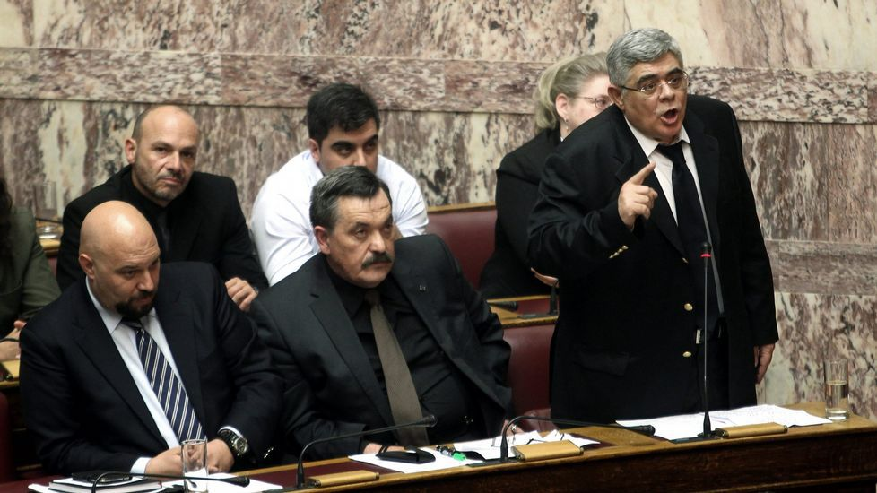 En Grecia siguen diciendo «no».El líder griego del partido de ultraderecha Golden Dawn Nikos Michaloliakos (d) habla en una sesión plenaria el pasado 30 de marzo