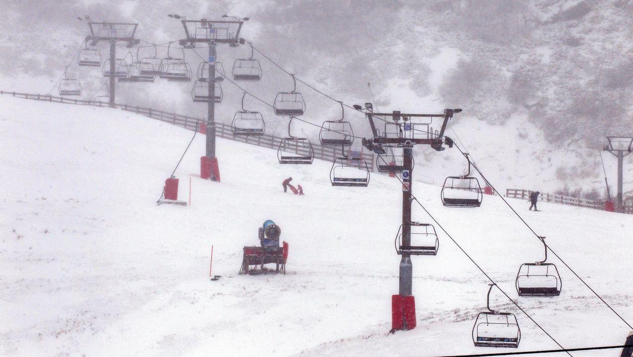 La estación de Fuentes de Invierno llena de gente.La estación de Valgrande-Pajares, en medio de la nevada