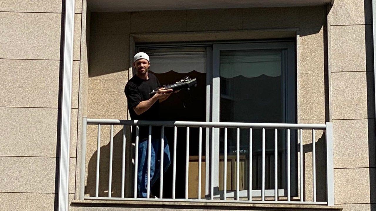 Freddie Mercury se convierte en el protagonista del confinamiento gijonés.Un vecino de Gijón se disfraza de Freddie Mercury para recrear el videoclip «I want to break free»