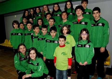 Unos sesenta nadadores forman parte del CN Monforte que entrena el ourensano Paulo Diéguez