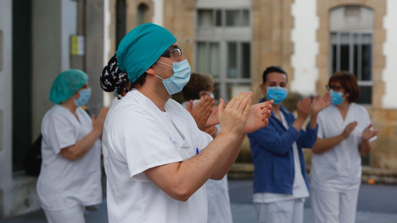 Trabajadores del Hospital Provincial de Pontevedra agradecen en la entrada los aplausos de los vecinos