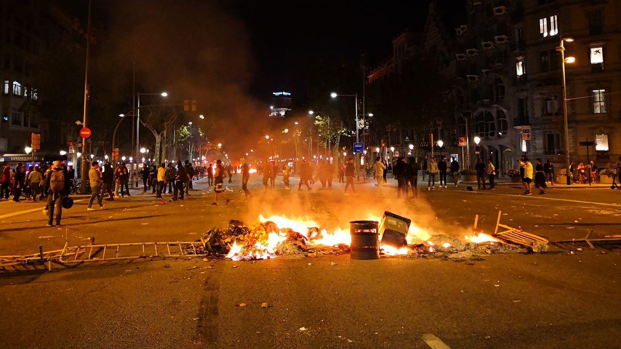 Hoguera en el paseo de Gràcia de Barcelona durante los disturbios por la sentencia del procés