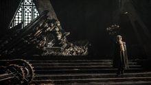 Daenerys frente al trono de Rocadragón, lugar desde el que planeará la reconquista de Poniente