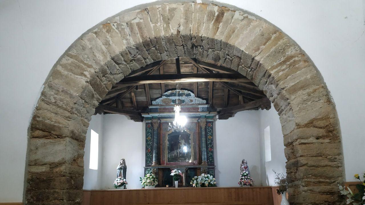 Una visita en imágenes al punto de encuentro de los ríos Cabe y Sil.En el interior de la iglesia hay varios arcos que arrancan directamente del suelo, un hecho poco común