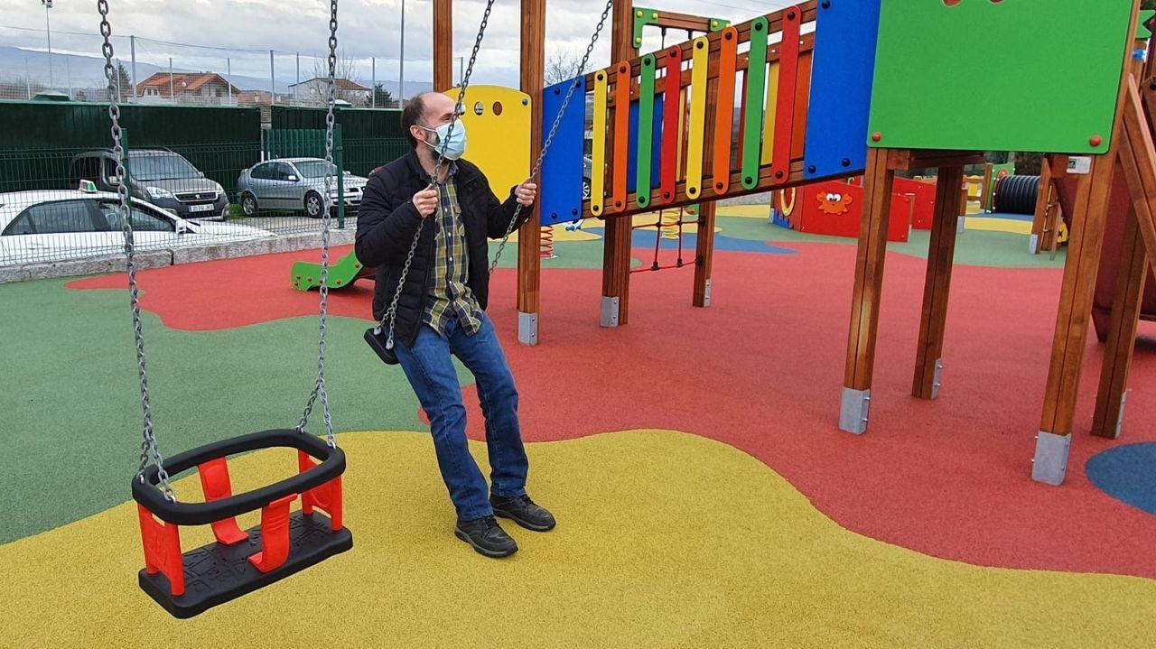 Gonzalo Pérez Jácome, alcalde de Ourense, visitas las obras del nuevo parque infantil de Vilar de Astrés