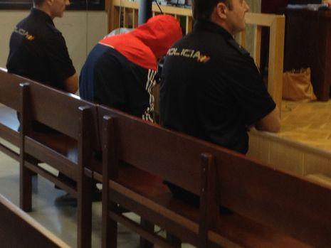 El acusado, cubierto con capucha, en la primera sesión del juicio de la Audiencia en Vigo