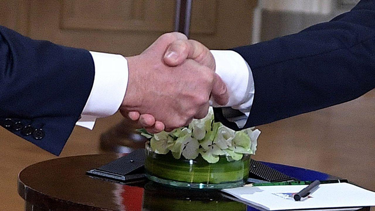 Los presidentes de EE.UU, Donald Trump, y de Rusia, Vladímir Putin, se estrechan la mano durante su primera cumbre formal celebrada en el Palacio Presidencial de Helsinki