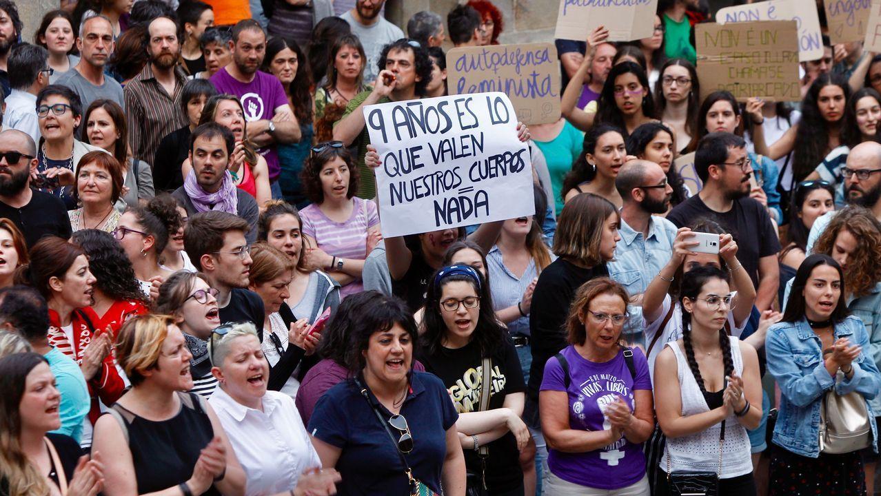 Concentración en Santiago contra la resolución de la Audiencia de Navarra