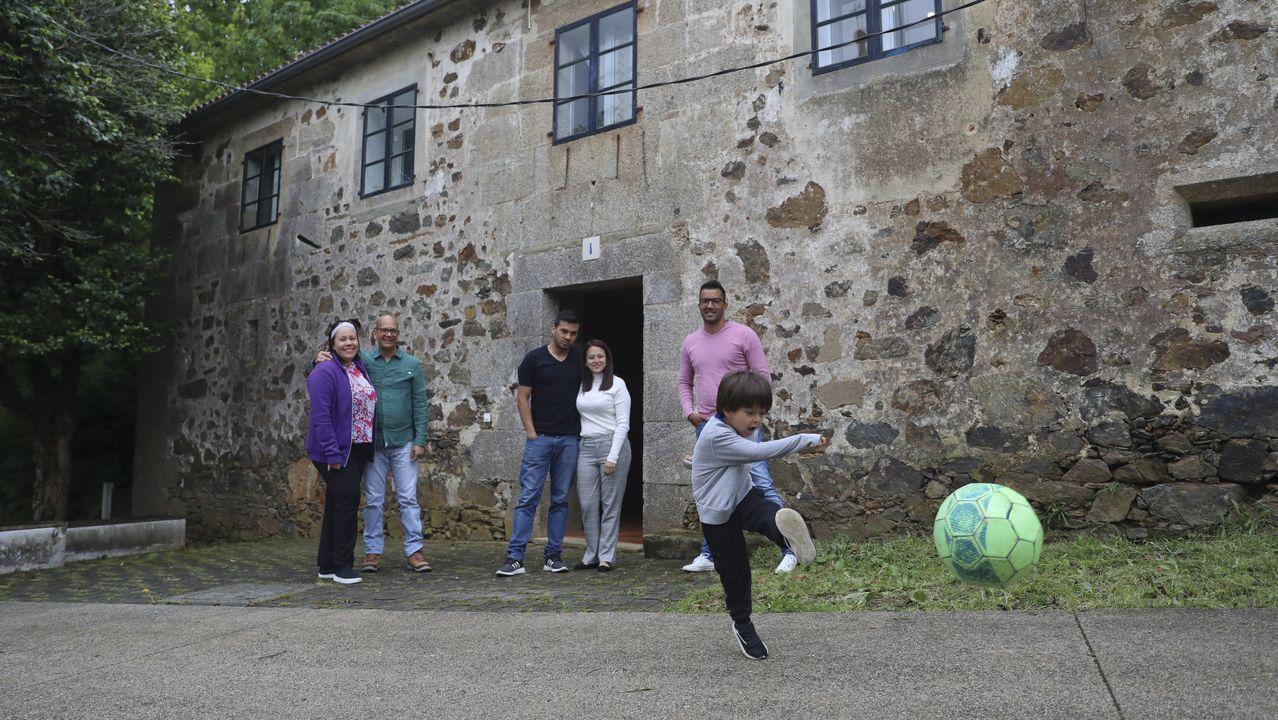 Familias que viven en una casa de acogida de Cáritas en Marrozos.Pablo Blanco Veiga é natural de Romelle (Zas)