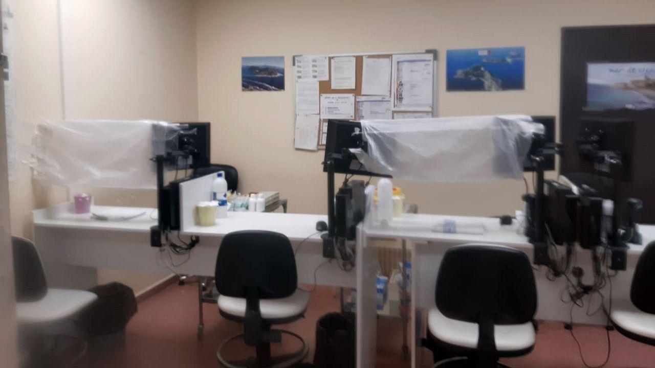 En Colmeiro han puesto papel celofán en la sala de extracciones para que las enfermeras estén separadas de los pacientes