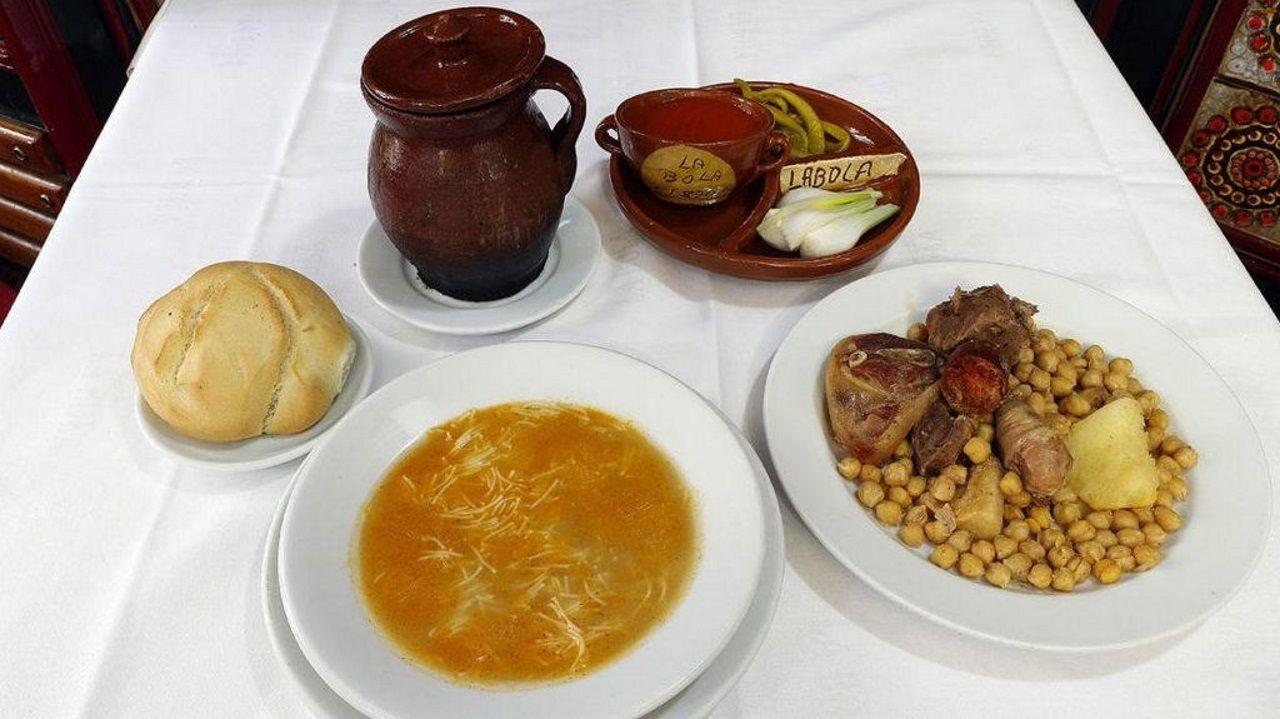Cocido madrileño. Presentado en olla de barro y de manera individual, las tradiciones las respetan en el restaurante La Bola desde hace más de 150 años.