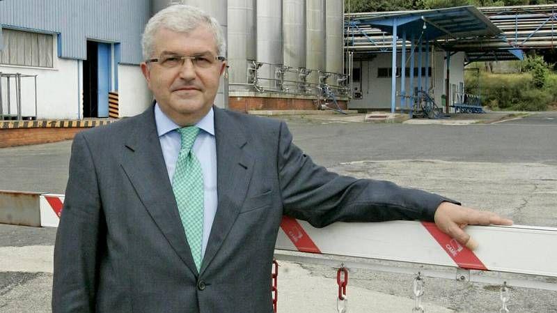 Tres trabajadores, el 31 de julio, en la cadena de producción de yogures de Clesa en la planta de Caldas de Reis.