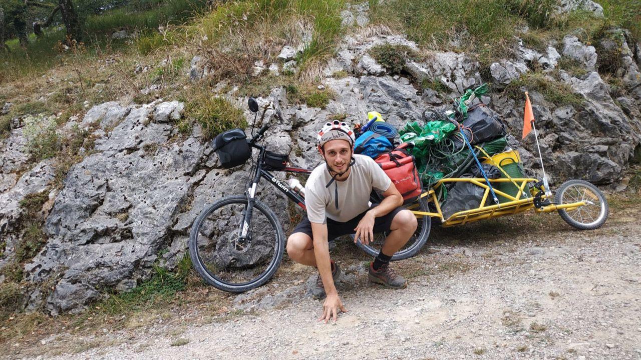 Rafa Sanchís recorre España en bici con un carro para reciclar los residuos que encuentra en espacios naturales