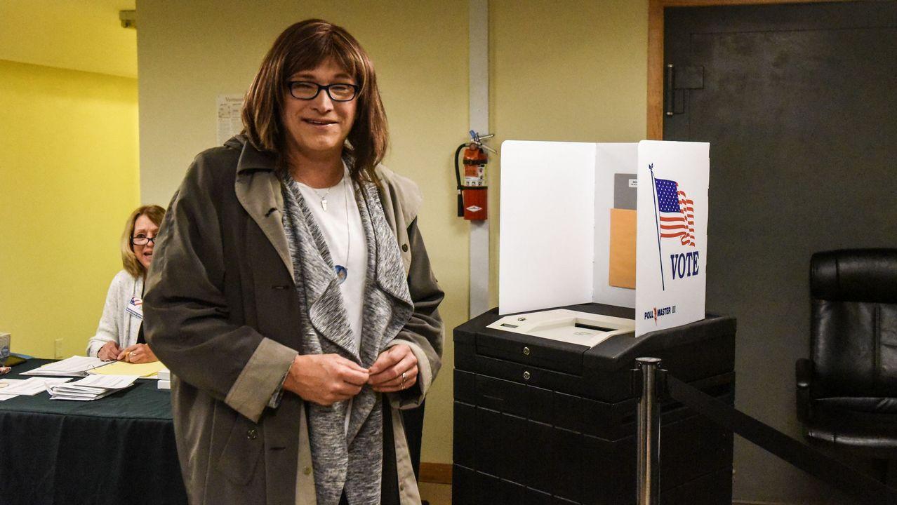 La candidata Christine Hallquist, de Vermont, ejerce su voto. Hizo historia al ser la primera candidata transgénero en Estados Unidos