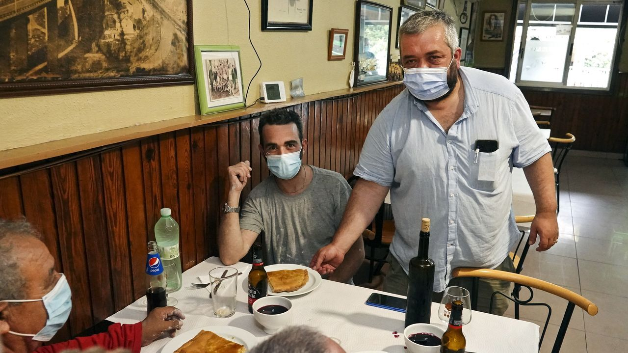 Abierto desde 1967 Bar Nando es conocido por su empanada, las sardinas y los chocos. Se trata de un local pequeño que llevan Nando, su mujer y su madre. Cumple muchos de los tópicos de los restaurantes de paso, entre ellos, las raciones abundantes y el trato personalizado a los clientes que entran en el restaurante