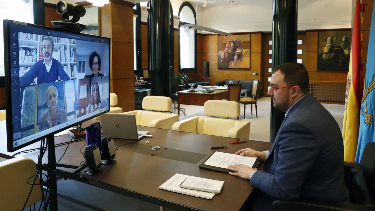 Adrián Barbón preside el Consejo de Gobierno online, con los consejeros de Educación, Desarrollo Rural, Cultura y Derechos Sociales en la pantalla