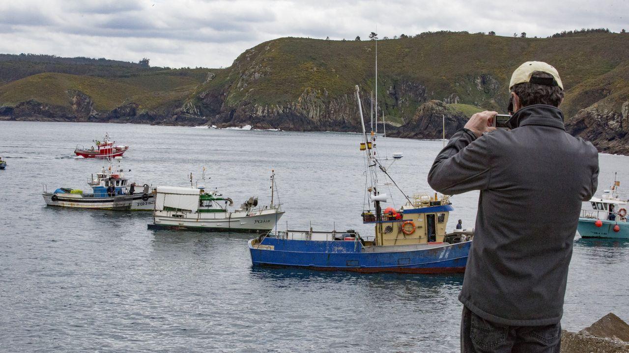 La flota de bajura de la Costa da Morte se volvió a concentrar contra la normativa europea.Pescadores recreativos practicando su afición en la costa gallega, con una patrullera de la Guardia Civil al fondo, en una imagen de archivo.
