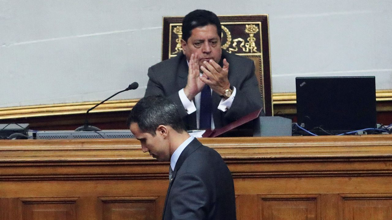 Edgar Zambrano, en la Asamblea Nacional de Venezuela, aplaude a Juan Guaidó