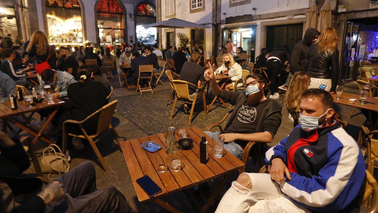 Santiago empieza a recuperar su noche.Desde el sábado, los bares pueden abrir hasta las once de la noche, y los restaurantes, hasta la una